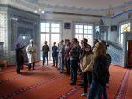 Imam_Mustafa_Tastekin_und_Ayse_Inan_erklaeren_Wirtschaftsgymnasiasten_den_Innenraum_der_Moschee900